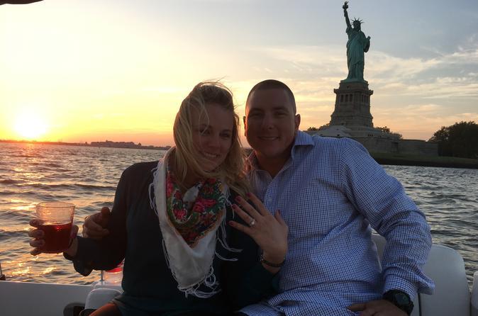 Pedido de casamento no por do sol a bordo do Powerboat